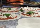 Il pizzaiolo ci mette l'anima e a Napoli è considerato un artista